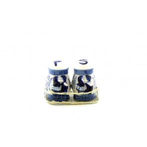 Delft blue pepper and salt kissing couple.