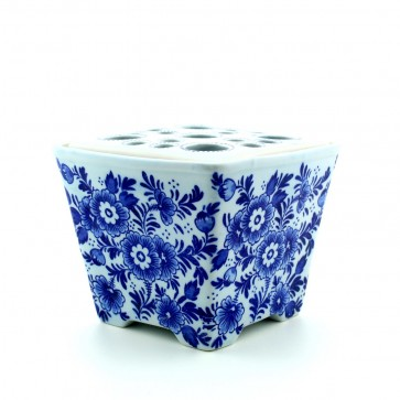 Flower vase Delft blue square with flowers.